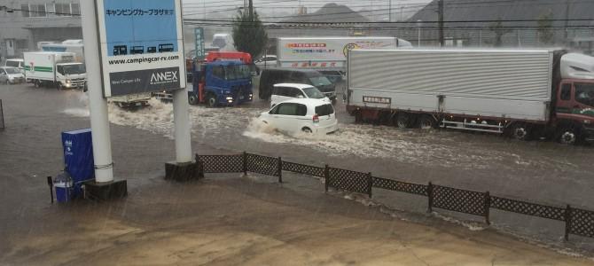 裏の川が氾濫!R16号が川になってる?!